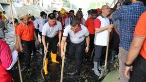 Ikut Bersihkan Sungai Kera, Aksi Kapolda Sumut Antisipasi Banjir