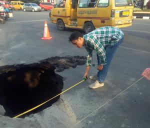 Jalan di HM Yamin Medan Amblas, Warga Diminta Berhati-hati