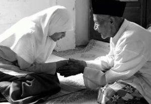 Tak Akan Jadi Miskin, Sisihkan Sebagian Rezeki untuk Orangtuamu