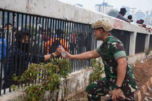 Terungkap Identitas Prajurit TNI Humanis yang Jadi Idola Demonstran dan Netizen