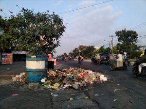 Dua Minggu Sampah Tak Diangkut Hingga Meluber ke Badan Jalan dan Rugikan Pengusaha