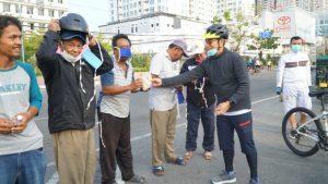 Bank Sumut Peduli Bagikan Handsanitizer dan Masker di Jalan Kota Medan