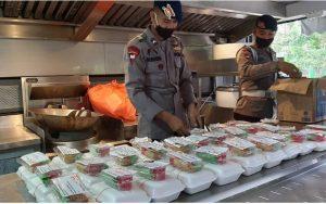 Brimob Kepri Bagikan Nasi, Takjil dan Masker untuk Warga di Rusun Pemda II