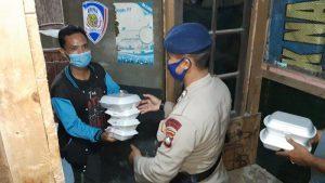 Personel Brimob Kepri Patroli Sambil Bagikan Santapan Sahur untuk Warga