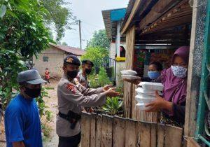 Brimob Kepri Bagikan Makanan untuk Warga Kampung Indavcon Batam
