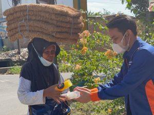Aksi Jumat Berkah, Komunitas Kami Peduli Sekitar Bagikan 150 Paket Makan dan Minum Gratis